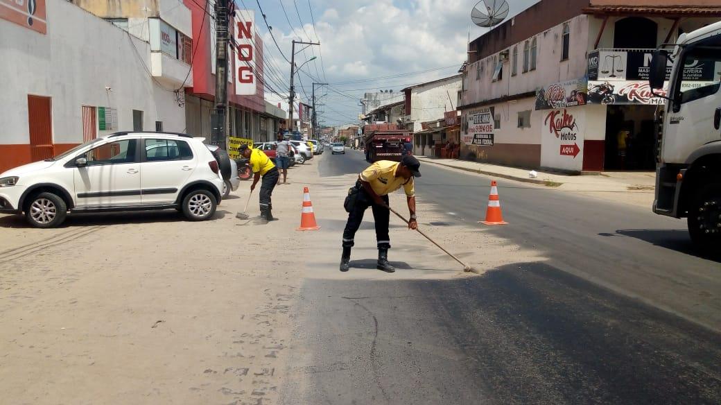 Trator derrama óleo em ruas de Santo Antônio de Jesus e causa cerca de oito acidentes de moto 2