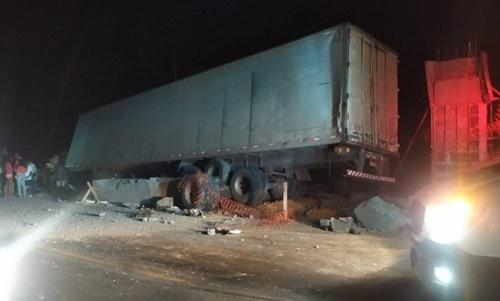 Acidente entre caminhão e pick-up deixa um morto e outro gravemente ferido em Mutuípe