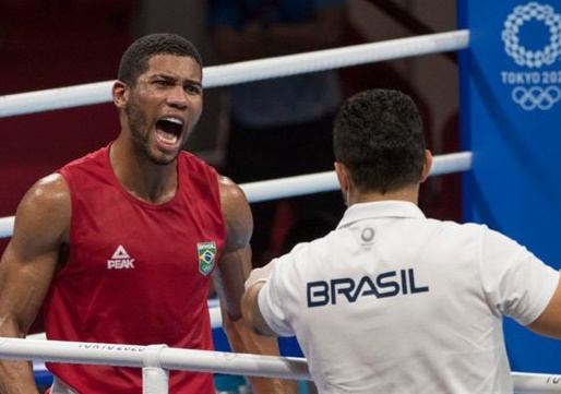 Baiano Hebert Conceição vence cazaque e garante medalha no boxe