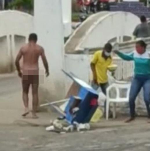 Homem nu causa arruaça no centro de Mutuípe