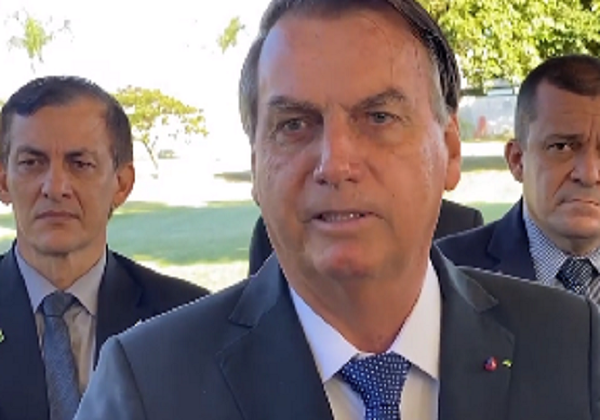Bolsonaro ameaça tirar dinheiro da saúde e educação para custear entrega de absorventes