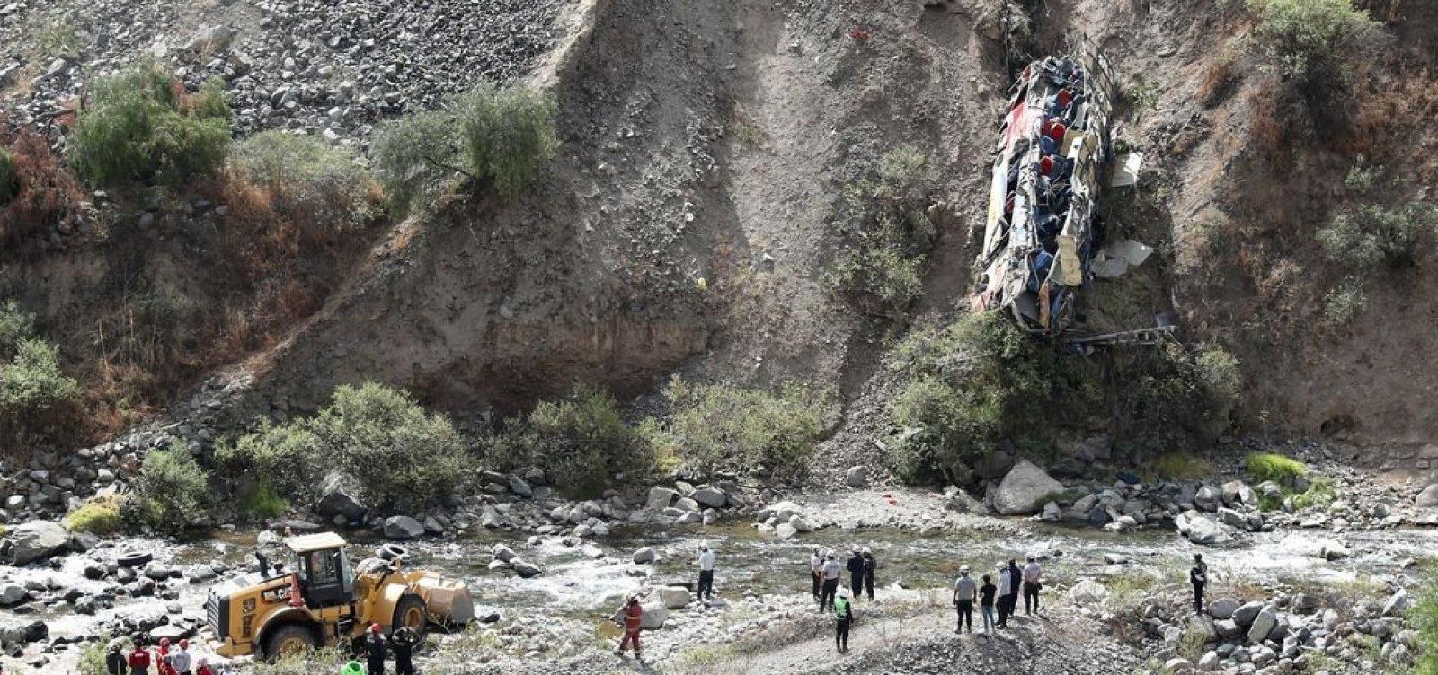 Ônibus cai em despenhadeiro no Peru