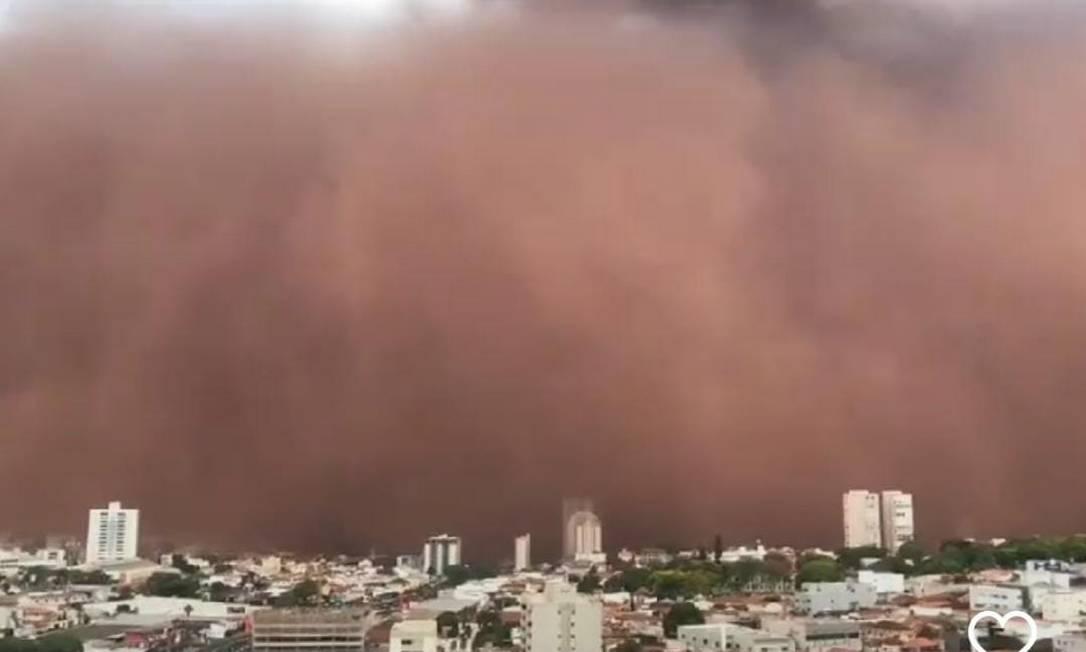 Franca (SP) é 'engolida' por gigantesca nuvem de poeira