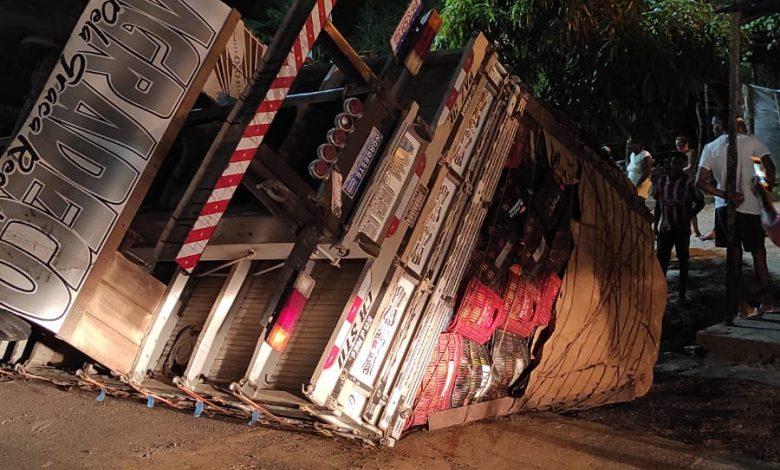 Carga de mangas é saqueada após caminhão tombar na BR-101