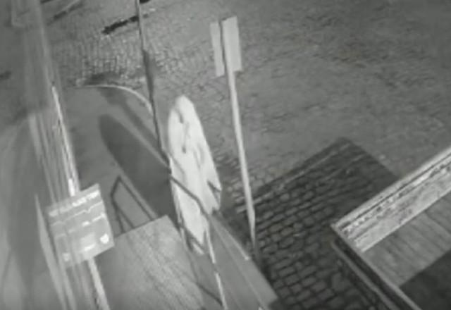 Ladrão vestido de fantasma furta estepe de caminhonete